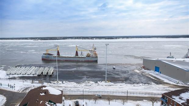 le nouveau quai 9 accueille son premier navire au port de trois rivi res l 39 cho de trois rivi res. Black Bedroom Furniture Sets. Home Design Ideas